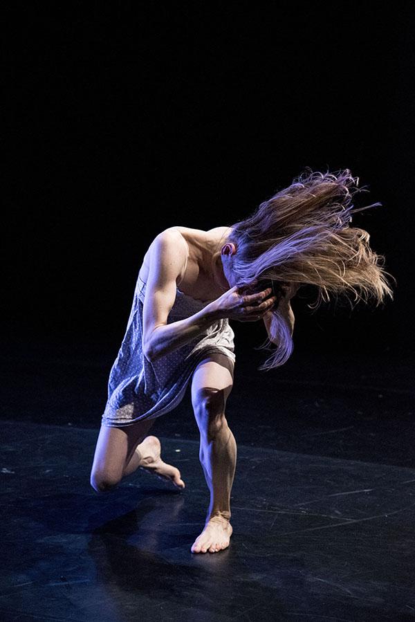 """""""Haare raufen"""" - Szene aus dem tragikomischen Tanztheater """"Vom Du zum Ich zum Nichts"""" im Kristallwerk Graz"""