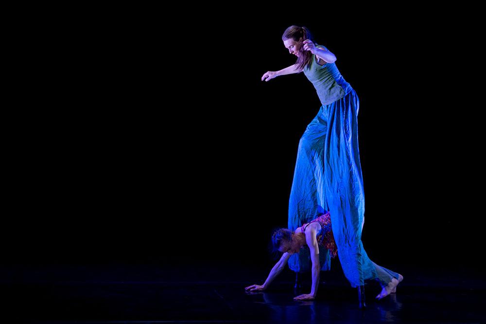 """Tanz mit Stelzen im Zirkus - Tanztheater """"Out of The Box"""" im Kristallwerk in Graz"""
